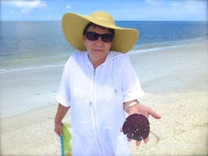 Annette with live arrowhead sand dollar